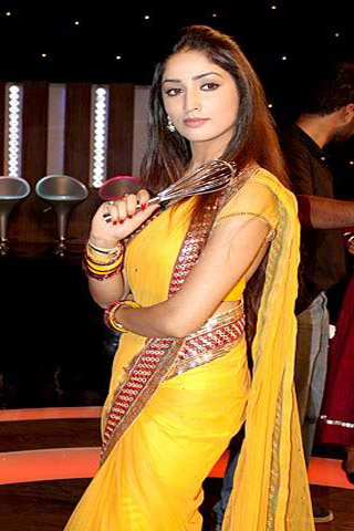 Dashing Yami in Yellow Saree
